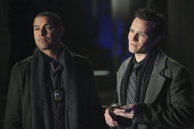 Jon Huertas e Seamus Dever nell'episodio The Final Nail di Castle
