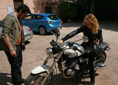 Luca Angeletti con Serena Autieri in una scena di Fratelli Detective