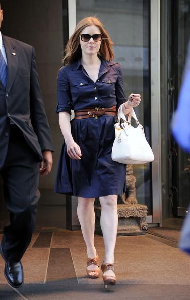 Amy Adams esce dal suo albergo di New York