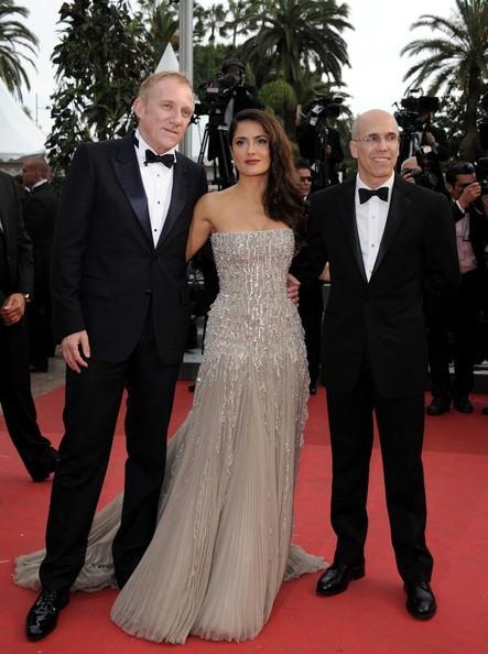 Cannes 2011, serata inaugurale: Salma Hayek sul red carpet tra Francois-Henri Pinault e Jeffrey Katzenberg