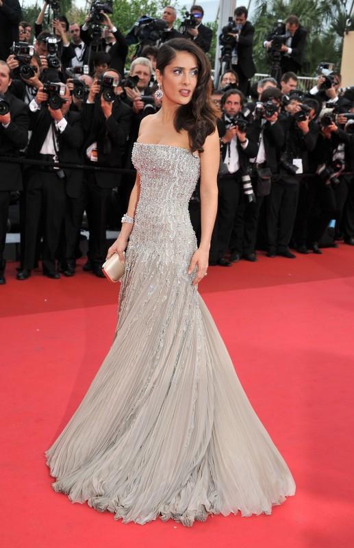 Cannes 2011, serata inaugurale: Salma Hayek sulla Montées des Marches con un abito di Gucci.