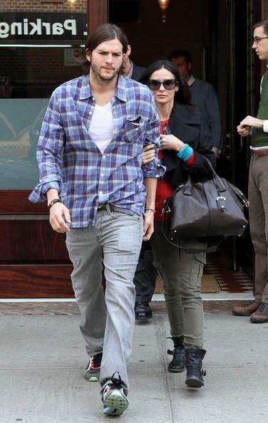 Demi Moore si nasconde dietro Ashton Kutcher mentre escono dall'hotel Greenwich