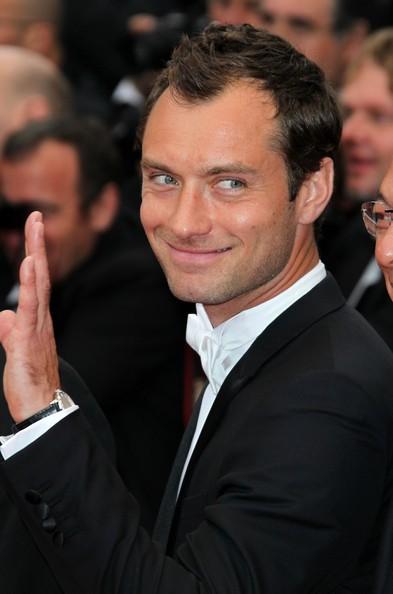 Festival di Cannes 2011: Jude Law saluta il pubblico dal red carpet