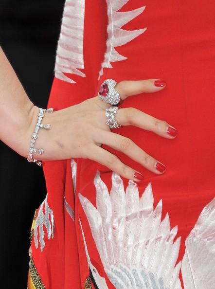 Festival di Cannes 2011: l'attrice e cantante cinese Fan Bingbing sul red carpet (dettaglio di abito e gioielli Cartier)