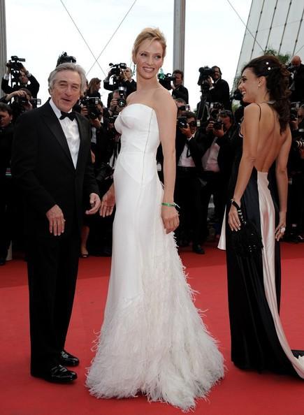 Festival di Cannes 2011: Uma Thurman accanto a Robert De Niro sul red carpet durante la serata inaugurale