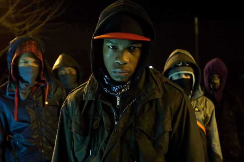 John Boyega in una sequenza del film Attack the Block