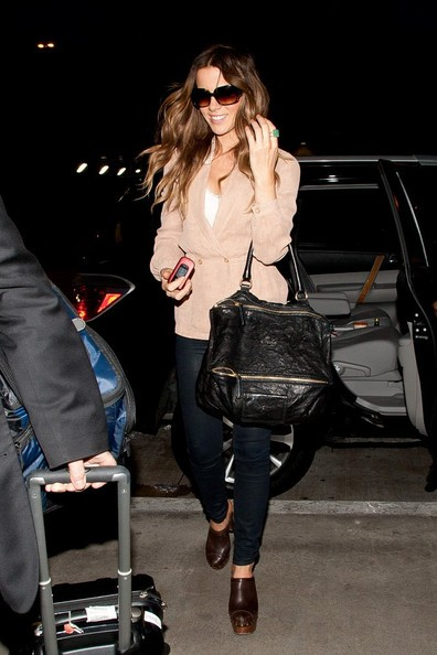 Kate Beckinsale si prepara a partire dal Los Angeles Interational Airport