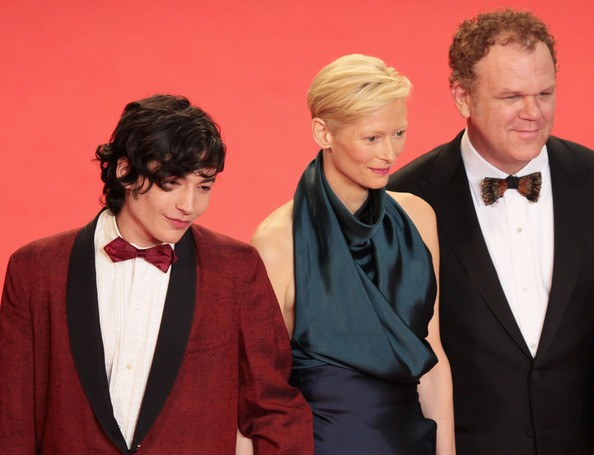 Cannes 2011: Tilda Swinton, protagonista di We Need To Talk About Kevin, sul tappeto rosso con John C. Reilly ed Ezra Miller