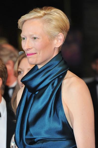 Cannes 2011: una elegantissima Tilda Swinton è protagonista di We Need To Talk About Kevin, sul tappeto rosso