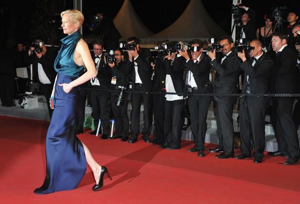 Cannes 2011: una elegantissima Tilda Swinton protagonista di We Need To Talk About Kevin, sul tappeto rosso