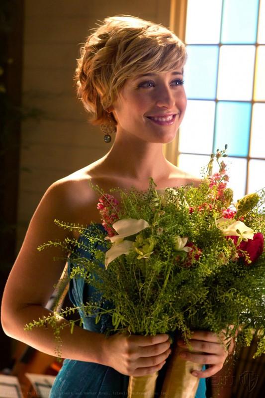 Chloe (Allison Mack) con il bouquet in mano nell'episodio Finale di Smallville