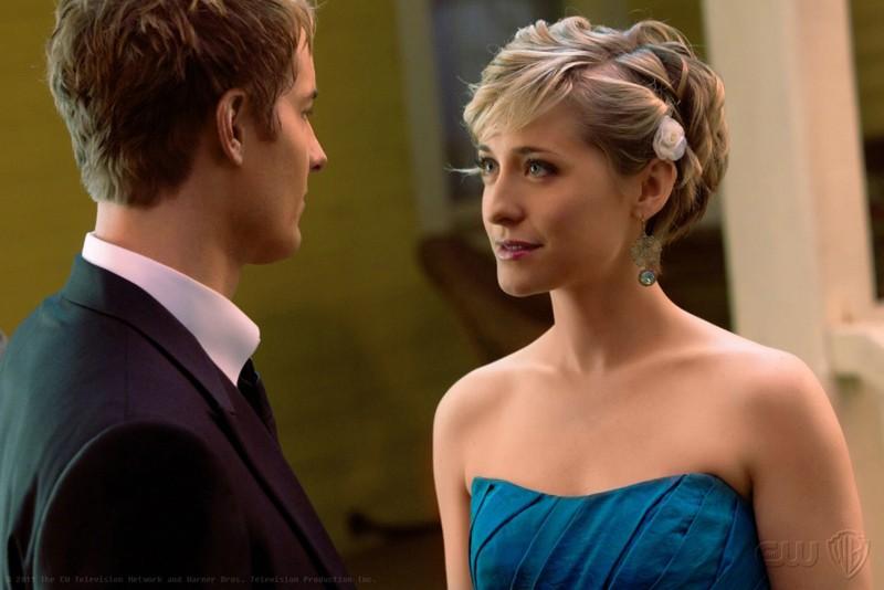 Chloe (Allison Mack) guarda negli occhi Oliver (Justin Hartley) in: Finale di Smallville