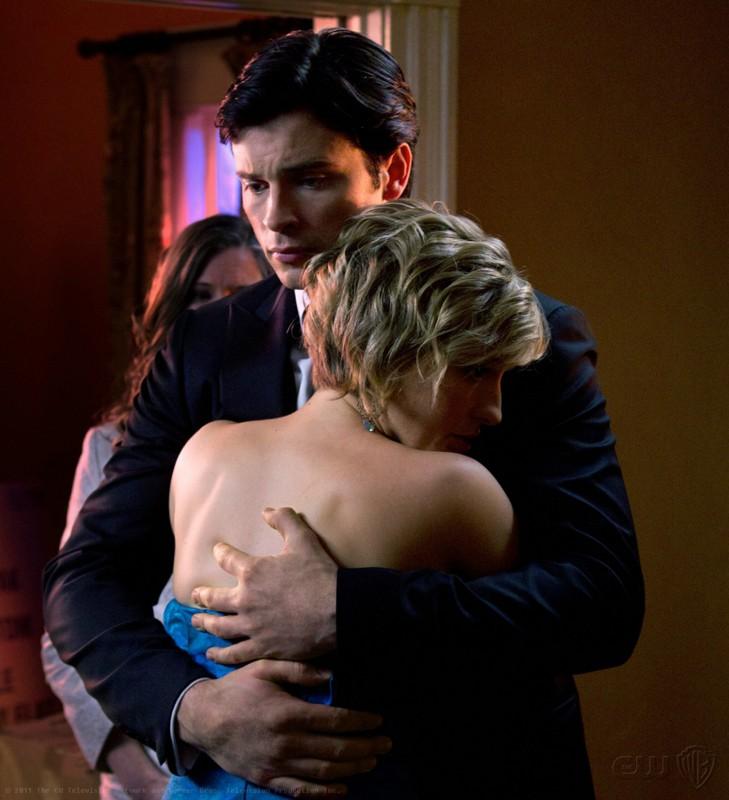 Clark (Tom Welling) abbraccia Chloe (Allison Mack) nell'episodio Finale di Smallville