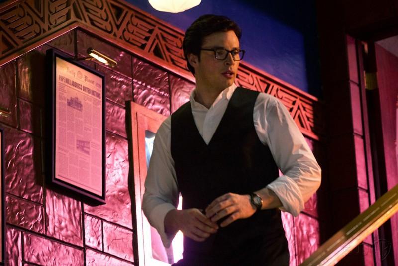Clark (Tom Welling) scende le scale nell'episodio Finale di Smallville