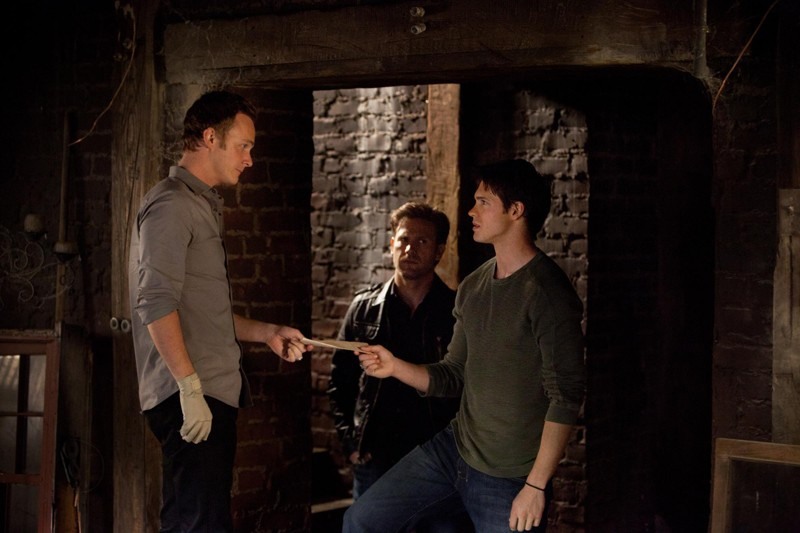 David Anders consegna una lettera a Steven R. McQueen in: The Sun Also Rises di Vampire Diaries