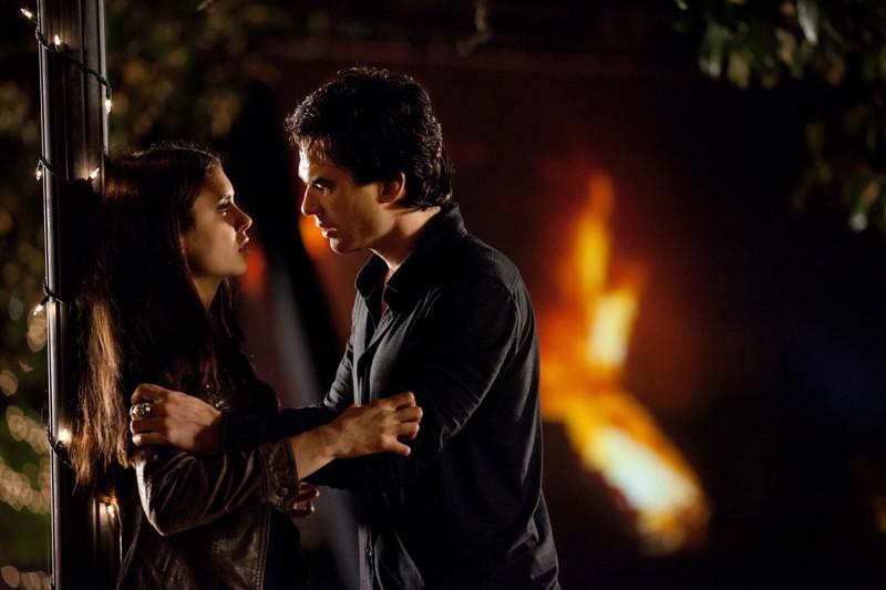 Elena (Nina Dobrev) e Damon (Ian Somerhalder) in una scena di As I Lay Dying di Vampire Diaries