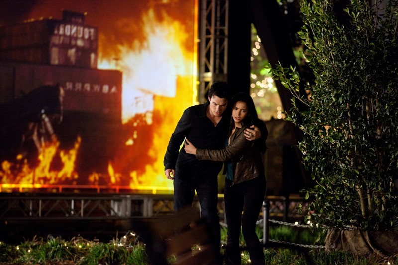 Elena (Nina Dobrev) soccorre Damon (Ian Somerhalder) nell'episodio As I Lay Dying di Vampire Diaries
