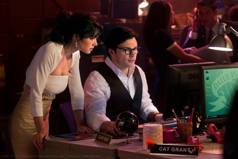 Erica Durance e Tom Welling davanti al pc nell'episodio Finale di Smallville