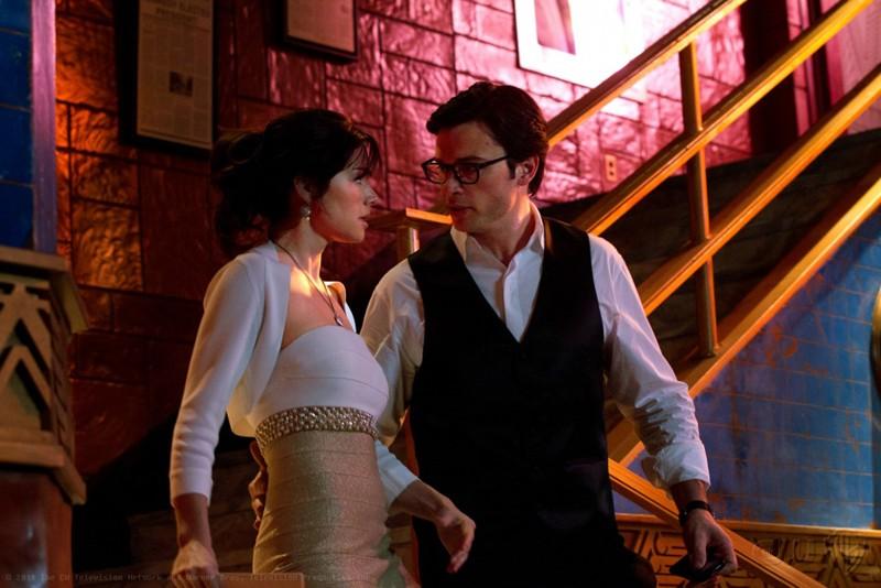 Erica Durance e Tom Welling guardano faccia a faccia nell'episodio Finale di Smallville