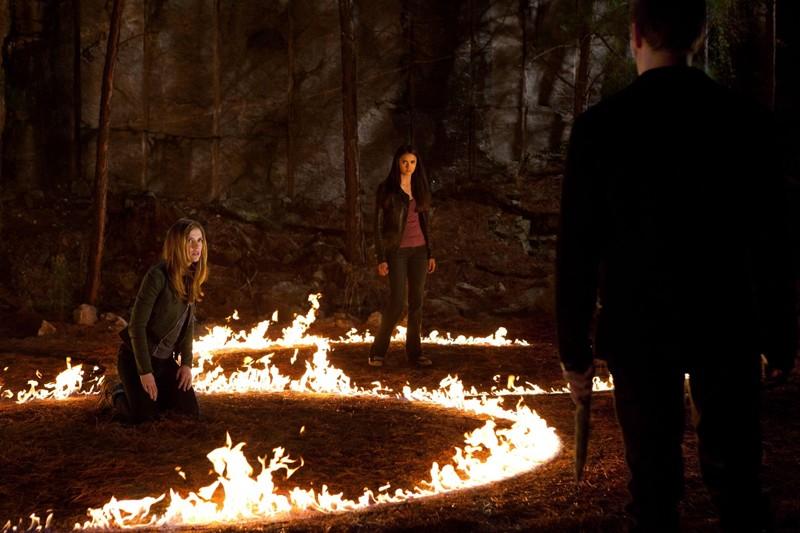 Sara Canning, Nina Dobrev e Joseph Morgan in un momento di The Sun Also Rises di Vampire Diaries