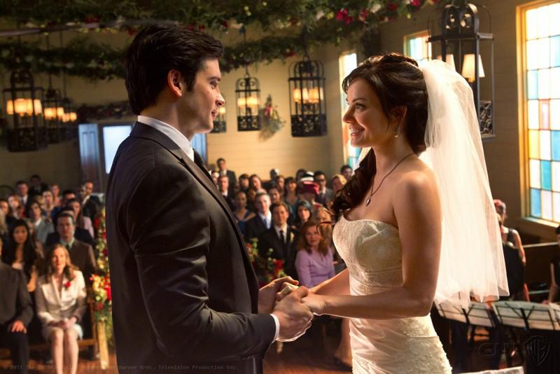 Tom Welling e Erica Durance davanti all'altare nell'episodio Finale di Smallville