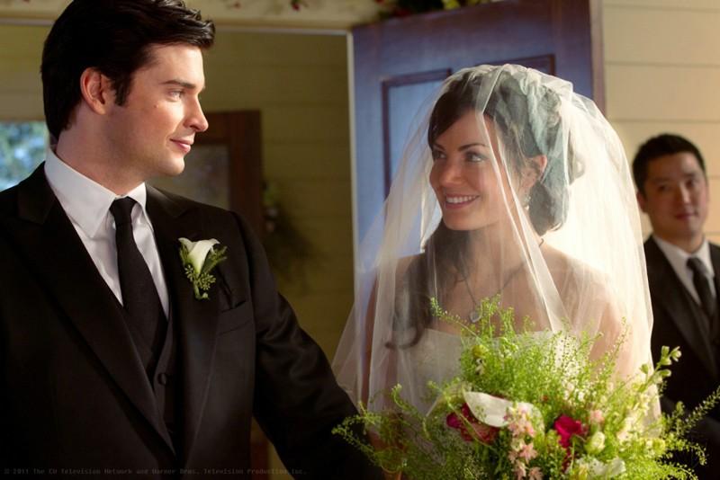 Tom Welling e Erica Durance si guardano dolcemente nell'episodio Finale di Smallville
