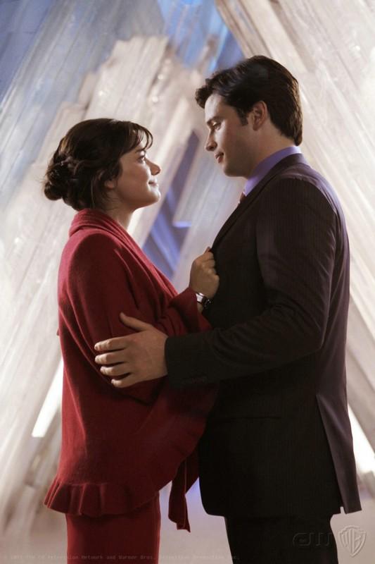 Tom Welling ed Erica Durance si guardano romanticamente nell'episodio Prophecy di Smallville