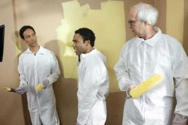 Danny Pudi, Donald Glover e Chevy Chase nell'episodio Paradigms of Human Memory di Community