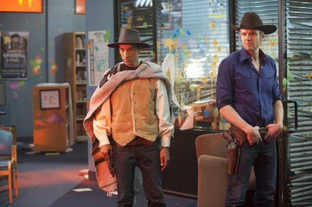 Danny Pudi e Joel McHale nell'episodio A Fist Full of Paintballs di Community