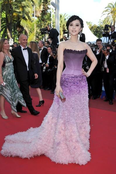 Festival di Cannes 2011: l'attrice e cantante cinese Fan Bingbing sul red carpet in abito violetto