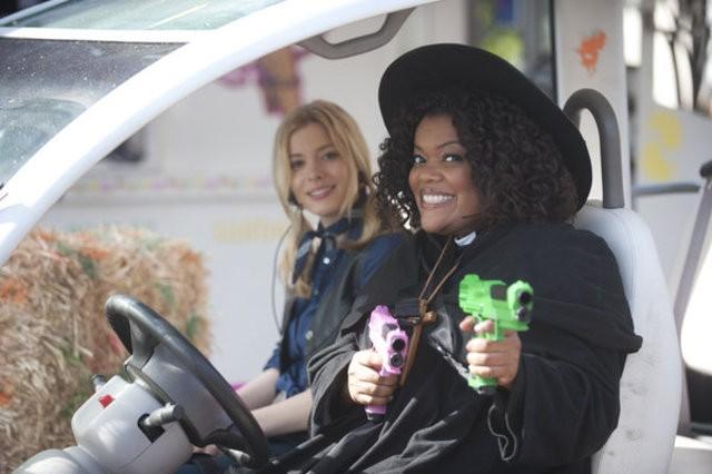 Gillian Jacobs ed Yvette Nicole Brown nell'episodio For a Few More Paintballs di Community