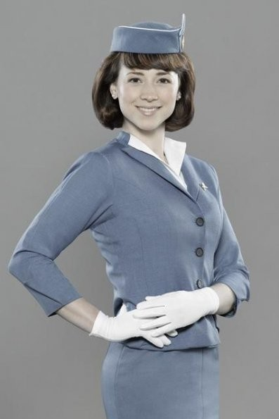 Karine Vanasse in una foto promozionale del cast della serie 'Pan Am'