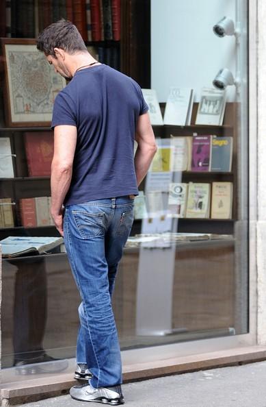Rupert Everett osserva le vetrine a Milano