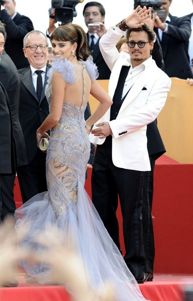 Cannes 2011: Johnny Depp e Penelope Cruz (con un abito 'sirena' di Marchesa) presentano Pirati dei Caraibi: Oltre i confini del mare sul red carpet