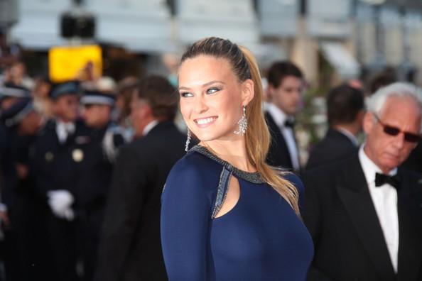 Cannes 2011: una sorridente Bar Refaeli con un abito di Cavalli sul red carpet