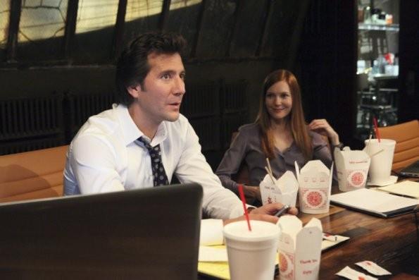 Henry Ian Cusick e Darby Stanchfield in una scena del pilot della serie tv Scandal