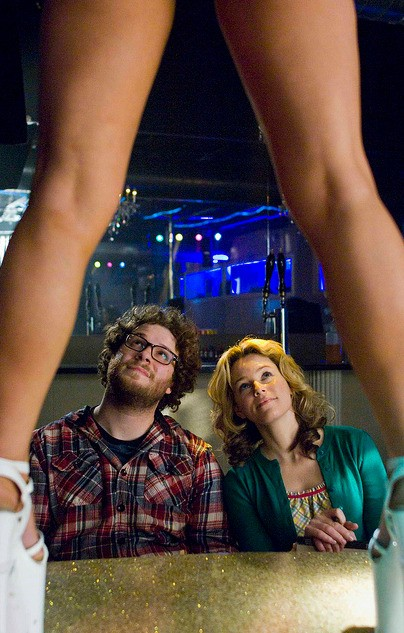 Seth Rogen ed Elizabeth Banks in una scena divertente del film Zack and Miri