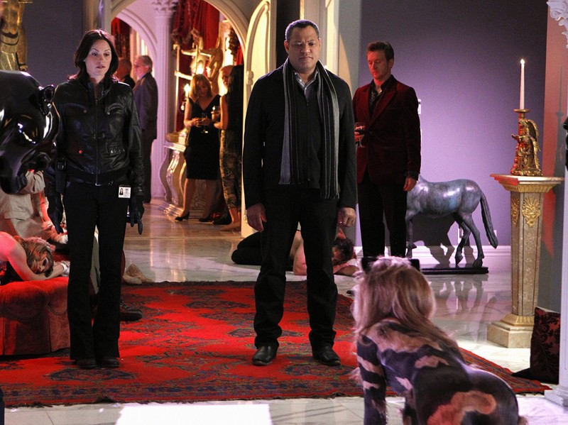 Jorja Fox e Laurence Fishburne nella casa di Lady Heather nell'episodio Unleashed di CSI: Scena del crimine
