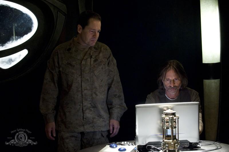 French Stewart e Robert Carlyle nell'episodio Alliances di Stargate Universe