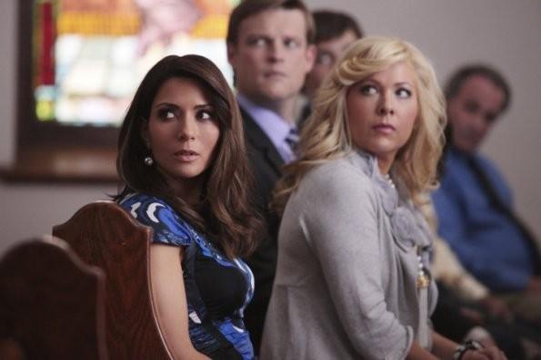 Jennifer Aspen e Marisol Nichols durante una scena del pilot di Good Christian Belles
