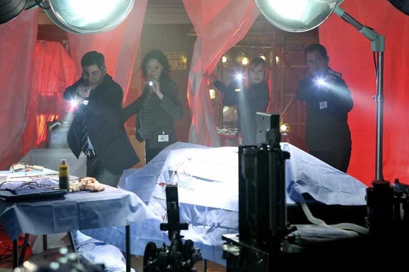 Jorja Fox, Marg Helgenberger e George Eads in una sequenza dell'episodio Cello And Goodbye di CSI: Scena del crimine