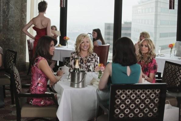 Kristin Chenoweth e Jennifer Aspen durante una scena del pilot di Good Christian Belles