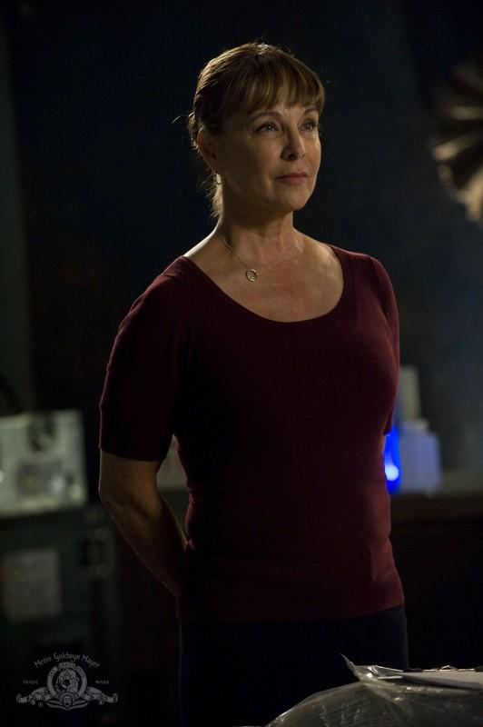 La Senatrice Michaels (Kathleen Quinlan) nell'episodio Alliances di Stargate Universe