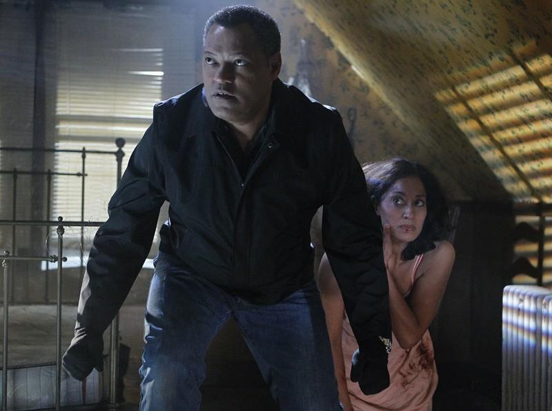 Laurence Fishburne protegge Ellen Ross nell'episodio In A Dark, Dark House di CSI: Scena del crimine
