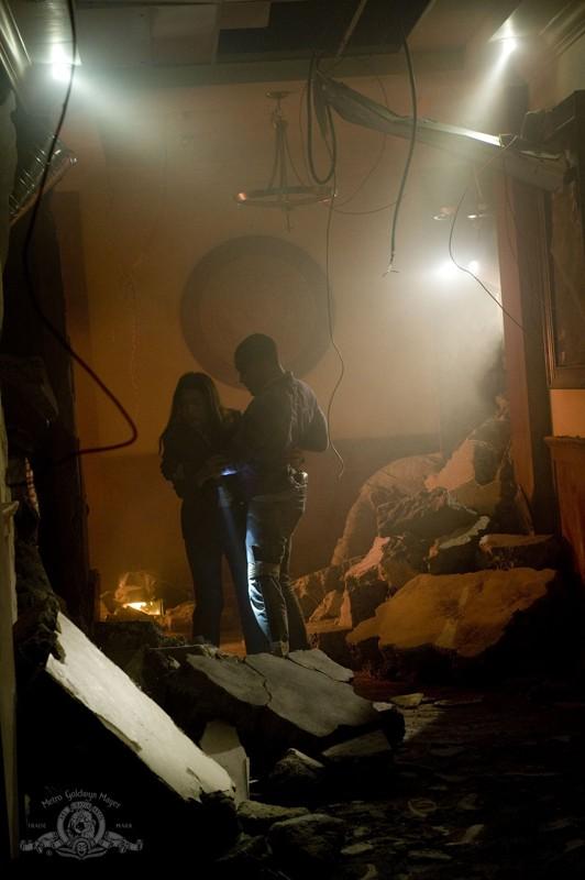 Ming-Na e Jamil Walker Smith tra le macerie nell'episodio Alliances di Stargate Universe