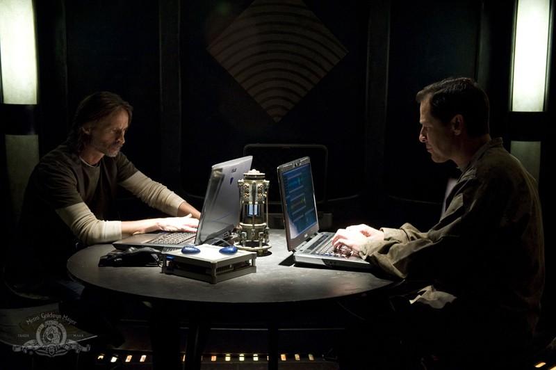Robert Carlyle e French Stewart nell'episodio Alliances di Stargate Universe