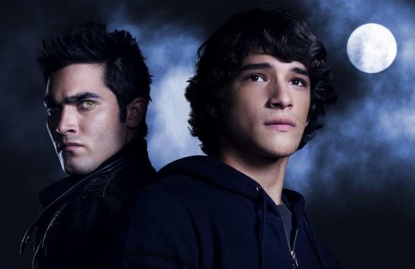 Tyler Posey insieme Tyler Hoechlin in una foto promozionale della serie Teen Wolf