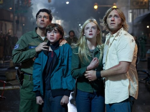 Kyle Chandler, Joel Courtney, Elle Fanning e Ron Eldard nel film Super 8
