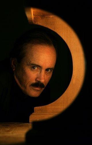 Jeffrey Combs nel ruolo di Edgar Allan Poe, a teatro