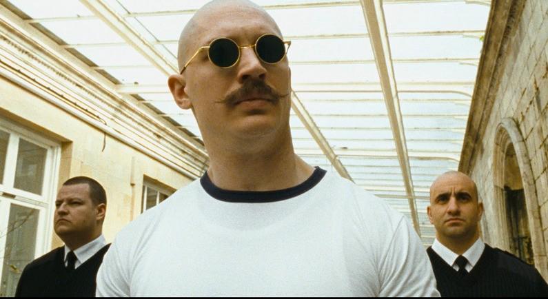 Tom Hardy in un momento del film Bronson